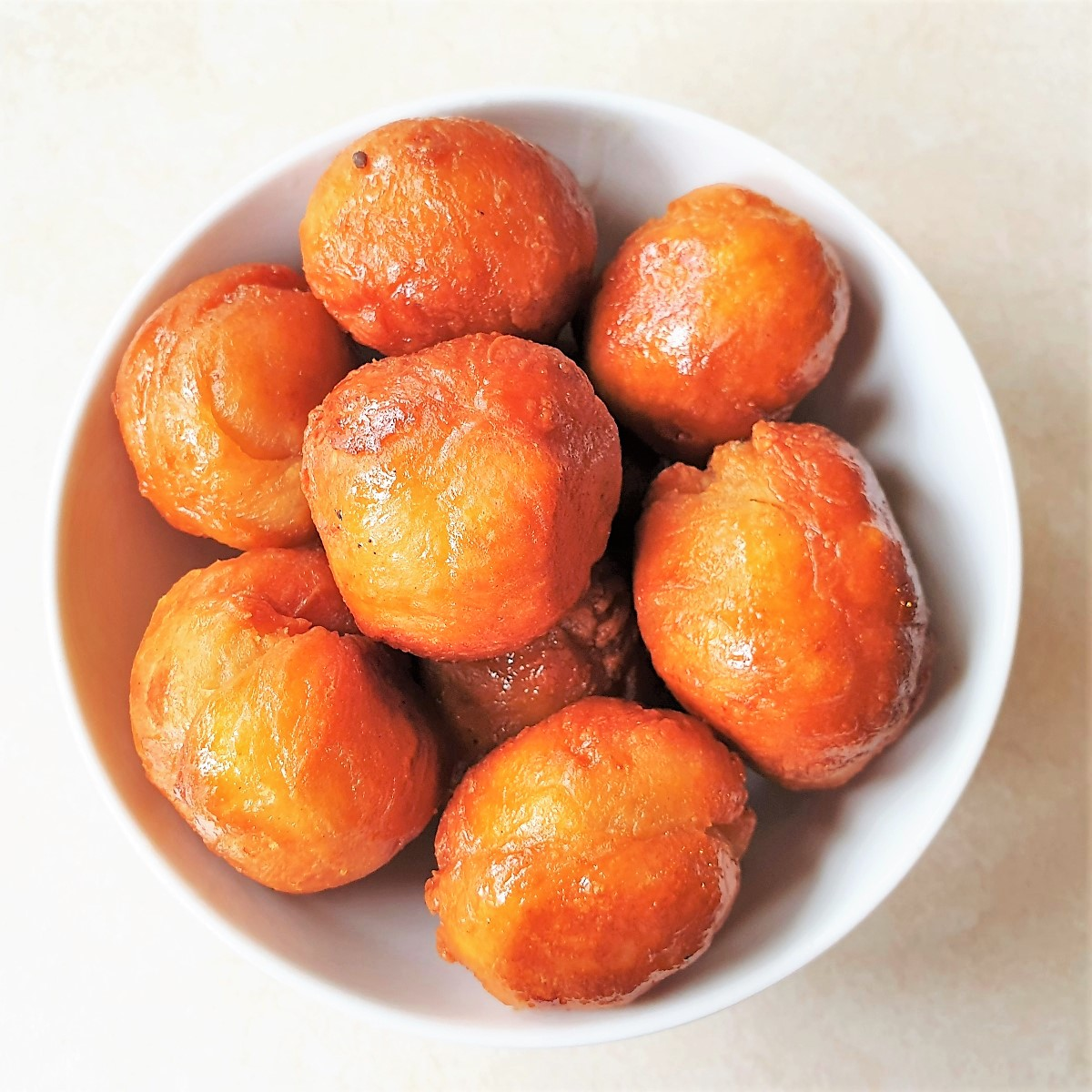 A dish of round koeksisters.