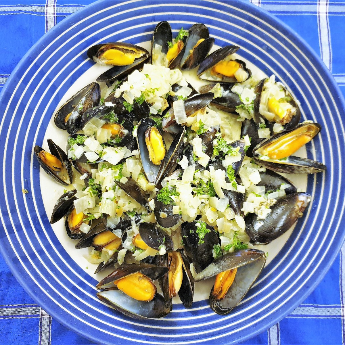 Overhead shot of a bowl of freshly cooked mussels.