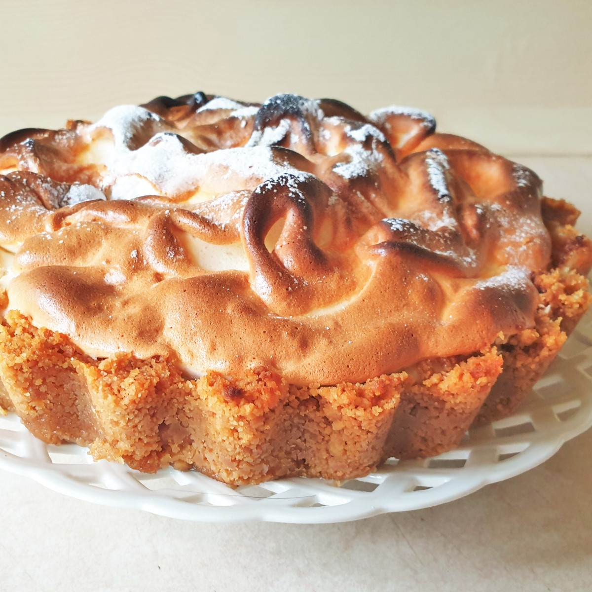 Side on shot of a meringue-topped key lime pie.
