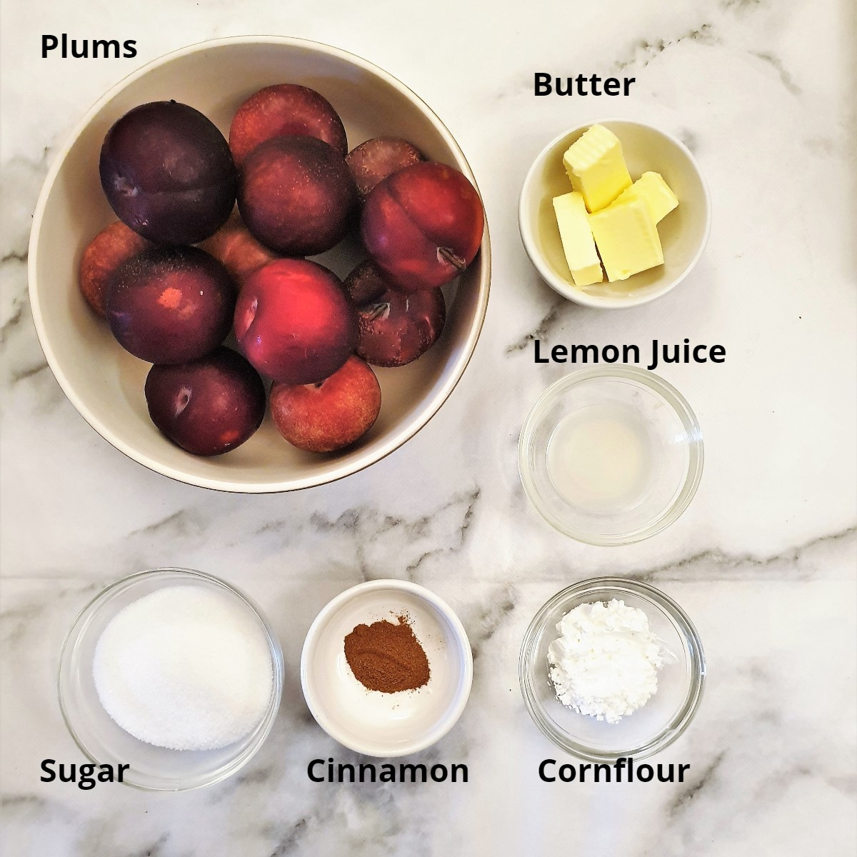 Ingredients for the stewed plums.